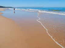 Het Strand van Fonteda Telha in de Costa da Caparica-kust tijdens de zomer Royalty-vrije Stock Foto