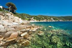 Het strand van Forno, het eiland van Elba. Stock Foto's