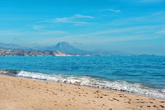 Het strand van Gr Campello Gr Campello is een stad op Costa Blanca Al Stock Fotografie