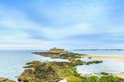 Nationale het Fort van heilige Malo en rotsen, eb. Bretagne, Frankrijk. Stock Afbeelding