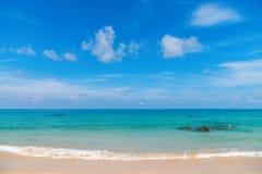 Het strand van het Idilliczand met kalme duidelijke overzees stock foto's
