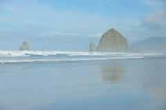 Het strand van het kanon in mist Stock Foto's