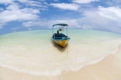 Het strand van het kristal met boot Stock Fotografie