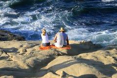 Het strand van het paar Stock Afbeelding