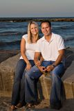 Het Strand van het paar bij Zonsondergang Royalty-vrije Stock Afbeeldingen