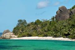 Het strand van het paradijs en het welkom heten rots. Stock Foto