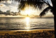 Het strand van het zand bij zonsondergang in Phu Quoc, Vietnam royalty-vrije stock afbeelding
