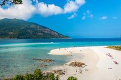 Het strand van het zand en blauwe hemel Stock Afbeeldingen