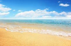 Het strand van het zand en tropische overzees Royalty-vrije Stock Afbeeldingen