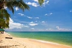 Het strand van het zand met kano's in Phu Quoc, Vietnam royalty-vrije stock afbeelding