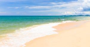 Het strand van het zand met kano's in Phu Quoc, Vietnam royalty-vrije stock fotografie