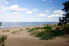 Het strand van het zand door de Oostzee stock fotografie
