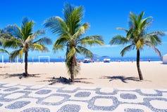 Het strand van Ipanema met palmen en mozaïek van sid Royalty-vrije Stock Foto's