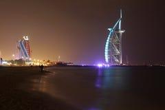 Het strand van Jumeirah met Burj Al Arabier Stock Afbeeldingen