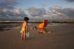 Het strand van kinderen stock afbeeldingen
