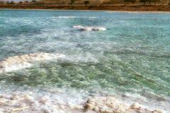 Het strand van het kristalzout op Dode Overzeese kust, Isra?l royalty-vrije stock afbeelding