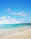 Het strand van le Bombarde onder een blauwe hemel met wolken Royalty-vrije Stock Foto