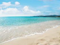 Het strand van le Bombarde onder een blauwe hemel met wolken royalty-vrije stock afbeelding