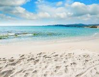 Het strand van le Bombarde onder wolken stock afbeelding