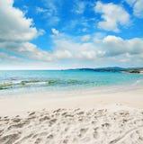 Het strand van le Bombarde onder wolken stock foto