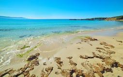 Het strand van le Bombarde op een duidelijke dag stock foto's