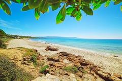 Het strand van le Bombarde op een duidelijke de lentedag royalty-vrije stock afbeeldingen