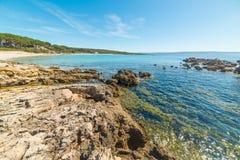 Het strand van le Bombarde op een zonnige dag royalty-vrije stock afbeelding