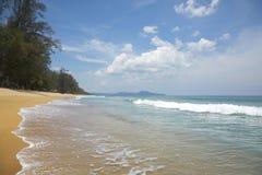 Het strand van MAI Khao in de ochtend Royalty-vrije Stock Foto's