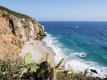 Het Strand van Malibu van de Dumeinham, 14 Augustus, 2017: de mening van Dume-Punt overziet bij Zuma-Strand, smaragdgroene en bla Stock Foto