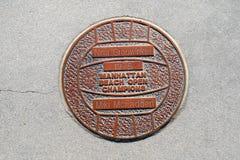 Het Strand van Manhattan, Californië - Maart 26, 2019: De plaque van Nina Grouwinkel en Miki McFadden-eert de Kampioenen van het  stock afbeelding