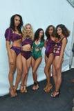 HET STRAND VAN MIAMI, FL - JULI 21: De modellen stellen coulisse bij A Z Araujo toont Stock Foto's