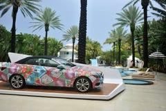 HET STRAND VAN MIAMI, FL - JULI 18: Een mening van Cabriolet van Mercedes-Benz van 2014 E350 door Mara Hoffman in Mercedes-Benz Fa Royalty-vrije Stock Fotografie