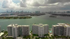 Het Strand van Miami met mening van de baai stock video