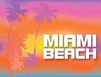 Het Strand van Miami het witte van letters voorzien met kleurrijke palmen op mooie zonsondergang backround Reisprentbriefkaar stock illustratie