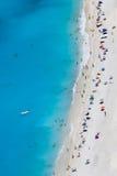 Het strand van Myrtos met mensen, Kefalonia eiland, Griekenland Stock Fotografie