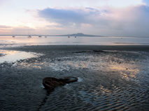 Het strand van Nieuw Zeeland bij zonsondergang stock afbeelding