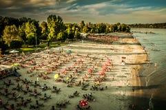 Het strand van Novi Sad bij zonsondergang Stock Foto's
