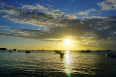 Het Strand van Nusa Lembongan van de zonsondergangzonsopgang met boten blauwe hemel royalty-vrije stock afbeelding