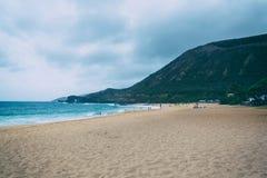 Het strand van Oahu met grote golven en vele mensen op zand royalty-vrije stock afbeeldingen