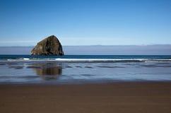 Het strand van Oregon op blauwe vreedzaam stock foto