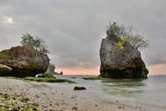 Het strand van Padangpadang bij schemer Pecatu bali indonesië stock afbeelding
