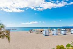 Het strand van Playagr Duque met tropische palmen in Costa Adeje Stock Foto's