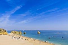 Het strand van Praiada Dona Ana in Lagos, Algarve gebied, Portugal royalty-vrije stock afbeeldingen