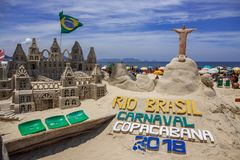 HET STRAND VAN RIO ` S CARNAVAL COPACABANA BIJ VOLLEDIGE DAG Stock Fotografie