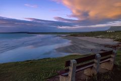Het strand van het Rossespunt bij zonsondergang, Co Sligo, Ierland royalty-vrije stock foto