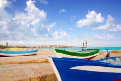 Het strand van Salou met beached boten Stock Afbeeldingen