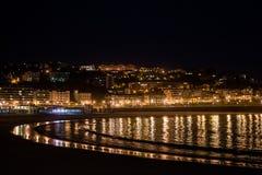 Het strand van San Sebastian bij nacht stock foto