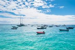 Het strand van Santa Maria van vissersboten in Zout Kaapverdië - Cabo Verde Stock Foto