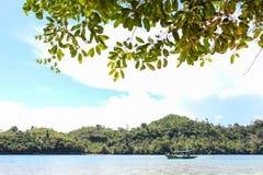 Het strand van Sendangbiru in het zuidelijke deel van Malang, Oost-Java Indonesië met boot Royalty-vrije Stock Afbeeldingen