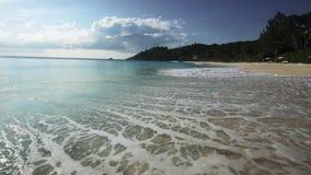 Het strand van Seychellen met blauwe oceaanmening stock footage